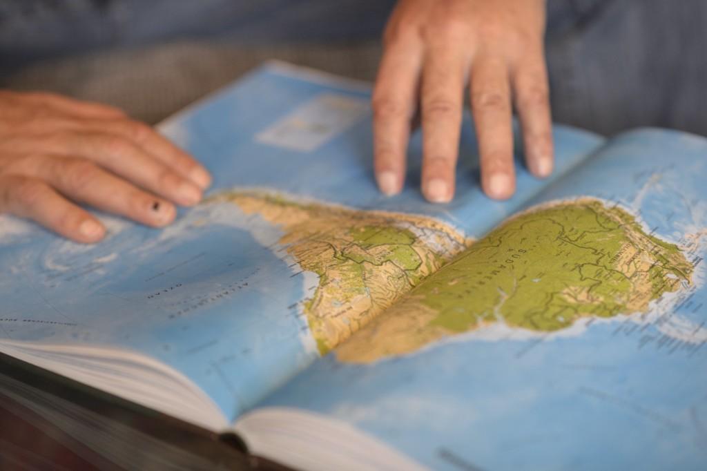 Theo Kelz mit der Karte von Südamerika