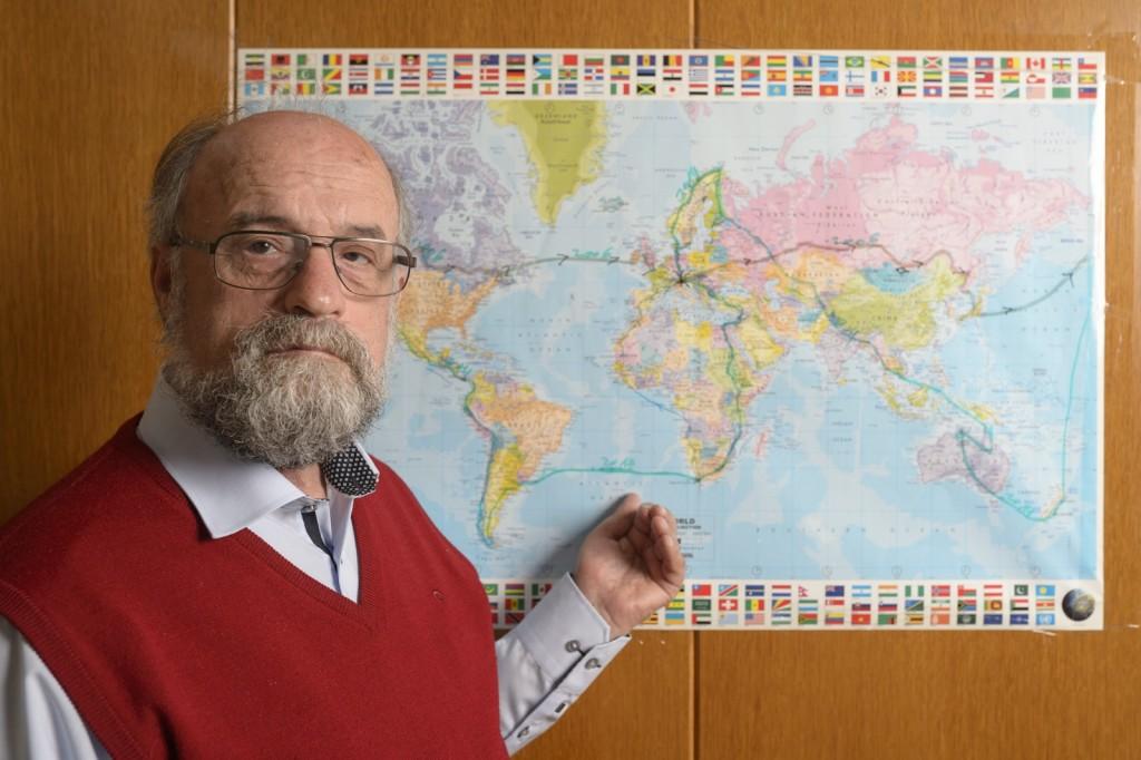 Theo Kelz vor einer Weltkarte